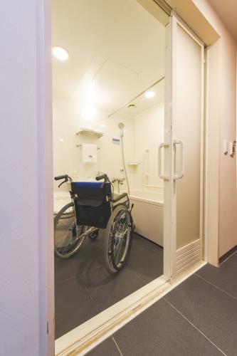 【2名様利用】ご高齢のお客様や車椅子、杖をご利用のお客様がご利用しやすいユニバーサルルーム/朝食付