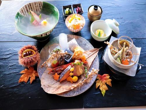 【GoToトラベル割引対象】 紅葉が食事で楽しめる紅葉和膳付き1泊2食付 駐車場無料プラン