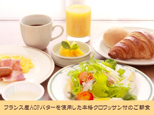 【パン派の方にお勧め!】フランス産AOPバターを使用したクロワッサンとサラダ・ドリンク付き